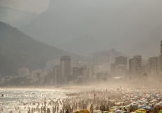 Playa estorbada de Copacabana de los cuerpos Fotos de archivo