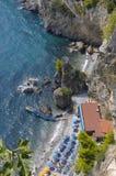 Playa estrecha en la costa de Amalfitan Fotos de archivo libres de regalías