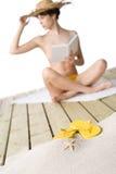Playa - estrella de mar en la arena, mujer en fondo Imagenes de archivo