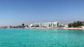 Playa famosa de Nissi cerca de Ayia Napa en Chipre metrajes