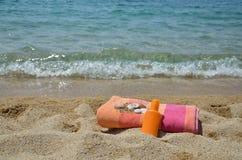 Playa fijada en costa de mar Imagen de archivo libre de regalías
