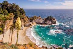 Playa fina y caídas en Costa del Pacífico Fotos de archivo