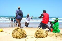 Playa gambioan de trabajo dura del AON del hombre del pescador imagenes de archivo