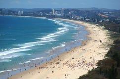 Playa Gold Coast del paraíso de las personas que practica surf Imagen de archivo libre de regalías