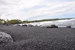 Playa grande de la arena del negro de la isla, Hawaii Fotografía de archivo
