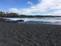 Playa grande de la arena del negro de la isla imagen de archivo