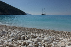 Playa griega con las piedras blancas Imagenes de archivo