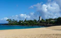 Playa hawaiana con un cielo azul y un océano, Oahu Fotos de archivo