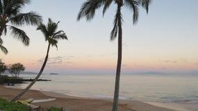 Playa hawaiana en la salida del sol Imágenes de archivo libres de regalías