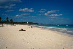 Playa hermosa con agua de la turquesa en Tulum México Foto de archivo