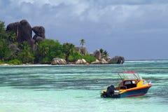 Playa hermosa con el barco Imágenes de archivo libres de regalías