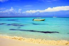Playa hermosa con el barco imagen de archivo libre de regalías