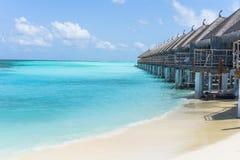 Playa hermosa con el centro turístico agradable en Maldivas Fotografía de archivo