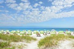 Playa hermosa con el cielo nublado Fotos de archivo libres de regalías
