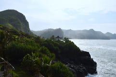 Playa hermosa con la choza de madera en el lado del acantilado Imagen de archivo