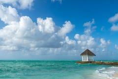 Playa hermosa con las casas de planta baja del agua en Maldivas Fotografía de archivo