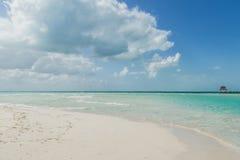 Playa hermosa con las casas de planta baja del agua, Isla Mujeres, México Foto de archivo libre de regalías