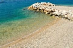 Playa hermosa con las piedras Podgora, Croacia Fotos de archivo