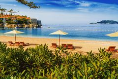 Playa hermosa con las sombrillas en Montenegro, Balcanes, mar adri?tico fotografía de archivo libre de regalías