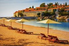 Playa hermosa con las sombrillas en Montenegro, Balcanes, mar adri?tico foto de archivo libre de regalías