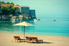 Playa hermosa con las sombrillas en Montenegro, Balcanes, mar adri?tico fotos de archivo libres de regalías