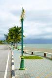 Playa hermosa con los árboles de coco y los posts de la lámpara Foto de archivo libre de regalías
