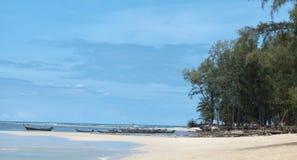 Playa hermosa con los árboles tropicales con una ola del mar y el cielo azul con las nubes blancas tailandia Phuket fotos de archivo libres de regalías