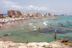 Playa hermosa con los paraguas cerca de Valencia en un día soleado Fotos de archivo libres de regalías