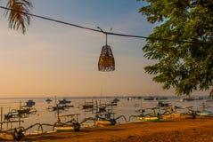 Playa hermosa con un café en Sanur con los barcos tradicionales locales Bali, Indonesia Imagenes de archivo