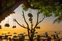 Playa hermosa con un café en Sanur con los barcos tradicionales locales bali indonesia Fotos de archivo