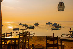 Playa hermosa con un café en Sanur con los barcos tradicionales locales Bali, Indonesia amanecer Imágenes de archivo libres de regalías