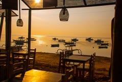 Playa hermosa con un café en Sanur con los barcos tradicionales locales Bali, Indonesia amanecer Foto de archivo