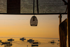 Playa hermosa con un café en Sanur con los barcos tradicionales locales Bali, Indonesia amanecer Foto de archivo libre de regalías