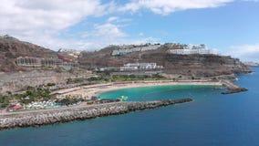 Playa hermosa de Amadores en Gran Canaria del aire almacen de video
