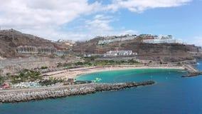 Playa hermosa de Amadores en Gran Canaria del aire metrajes