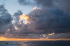 Playa hermosa de Hawaiin en la salida del sol imagen de archivo libre de regalías