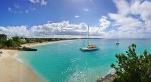 Playa hermosa de la bahía de las aguamieles en Anguila Foto de archivo