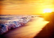 Playa hermosa de la puesta del sol del mar