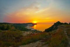 Playa hermosa de la puesta del sol del mar Foto de archivo libre de regalías