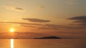 Playa hermosa de la puesta del sol y paisaje del mar almacen de metraje de vídeo