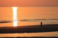 Playa hermosa de la puesta del sol y paisaje del mar Imagen de archivo libre de regalías