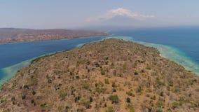 Playa hermosa de la visión aérea en la isla tropical Menjangan Bali, Indonesia almacen de video