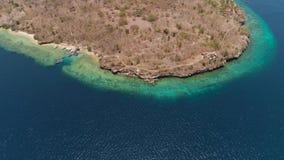 Playa hermosa de la visión aérea en la isla tropical Menjangan Bali, Indonesia metrajes