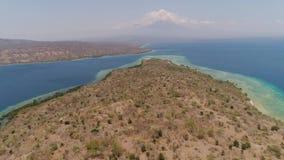 Playa hermosa de la visión aérea en la isla tropical Menjangan Bali, Indonesia almacen de metraje de vídeo