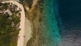 Playa hermosa de la visión aérea en la isla tropical Isla Filipinas de Mantigue metrajes