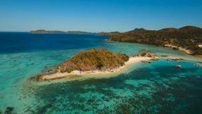 Playa hermosa de la visión aérea en un Bulog tropical Dos Island filipinas almacen de metraje de vídeo