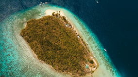 Playa hermosa de la visión aérea en un plátano tropical de la isla filipinas almacen de video