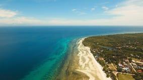Playa hermosa de la visión aérea en una isla tropical Filipinas, área de Anda imagen de archivo