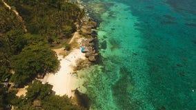 Playa hermosa de la visión aérea en una isla tropical Filipinas, área de Anda foto de archivo