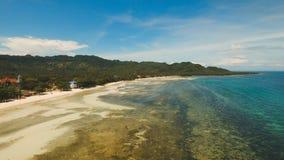 Playa hermosa de la visión aérea en una isla tropical Filipinas, área de Anda fotos de archivo libres de regalías